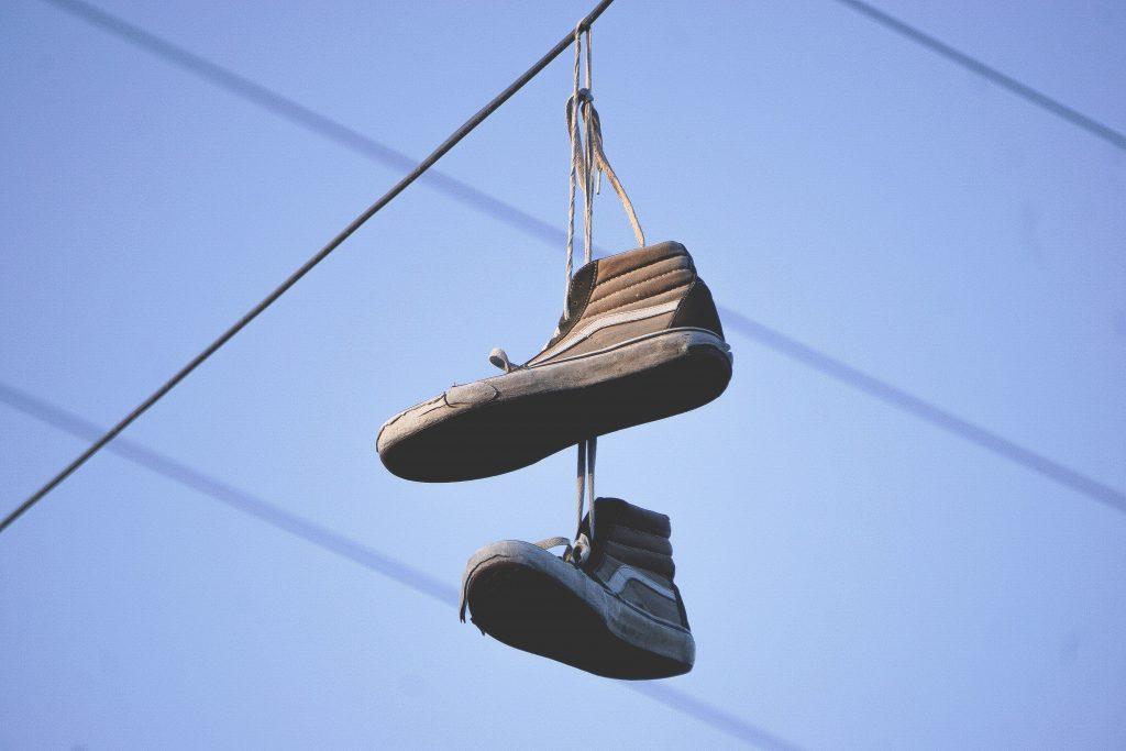 schoenen hangen aan kabel